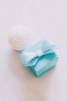 白い背景の上のギフトボックス。結婚の申し込み。愛、ロマンス、バレンタインデーのコンセプト。フラットレイ、コピースペース