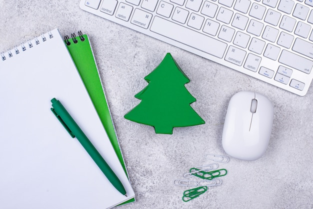 Подарочная коробка на рабочем столе с клавиатурой. секретный санта в концепции офиса