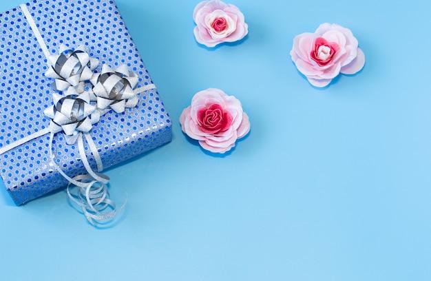 ギフトボックスブルーの青い紙で梱包。バレンタインデー、ホリデー、ギフト。