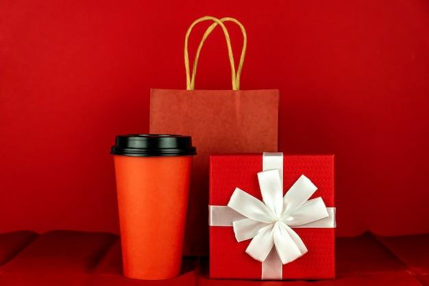 赤い部屋にギフトボックス、ペーパークラフトバッグ、コーヒーカップ