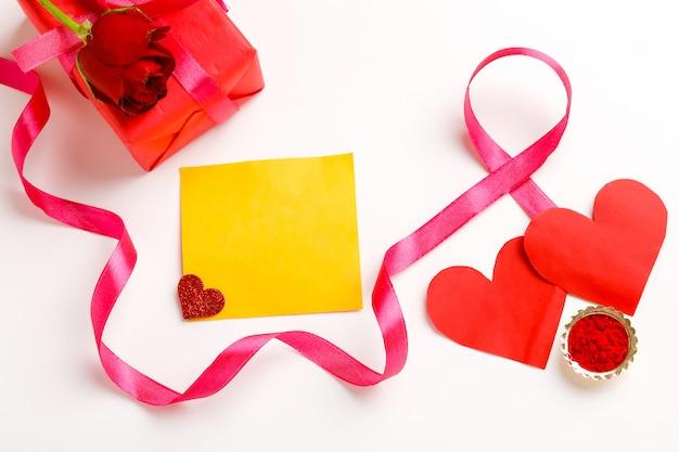 Подарочная коробка, розовая лента и маленькая форма сердца с копией пространства. день святого валентина