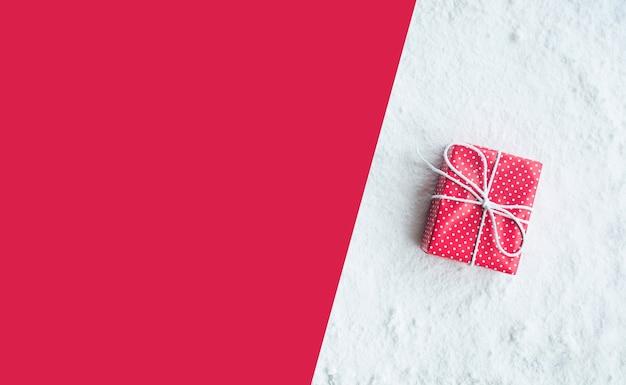 Подарочная коробка, подарок на фоне снега. для рождественских концепций или нового года, идеи для празднования