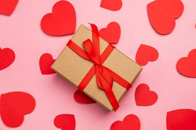 Подарочная коробка с красным бантом на день святого валентина признание в любви