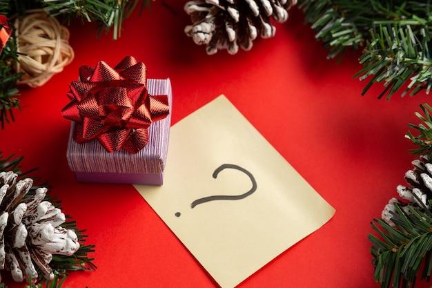 질문 기호 크리스마스 unboxing 테마와 빨간색 배경에 빨간 활 선물 상자