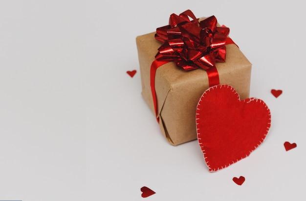 Подарочная коробка с красивой красной лентой, концепция валентинки, годовщины, дня матери и поздравления с днем рождения, copyspace.