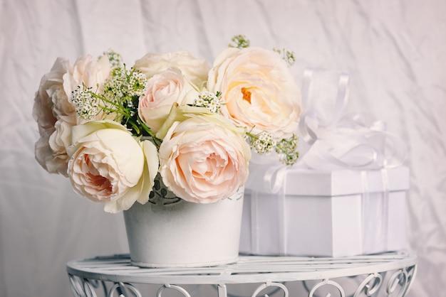 Подарочная коробка с красивыми розами в горшке