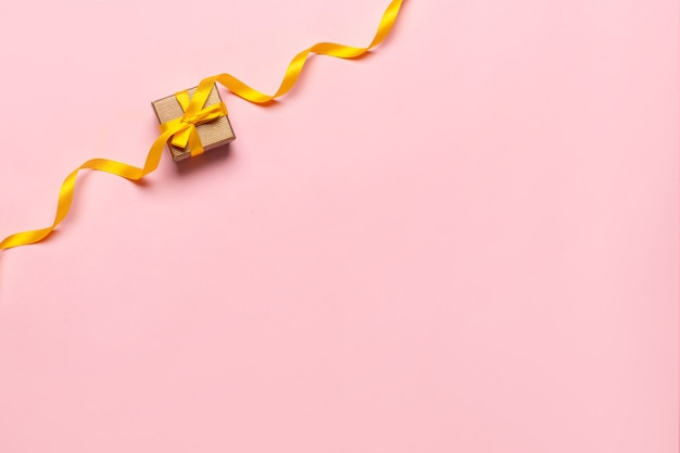Подарочная коробка с красивой желтой лентой