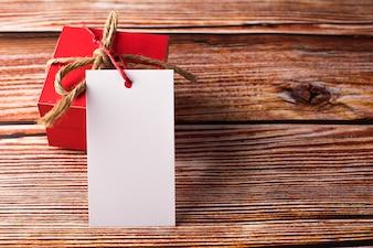 空白の白いカード付きギフトボックス