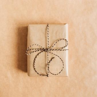 공예 종이 표면에 활과 선물 상자입니다. 평면 위치, 평면도