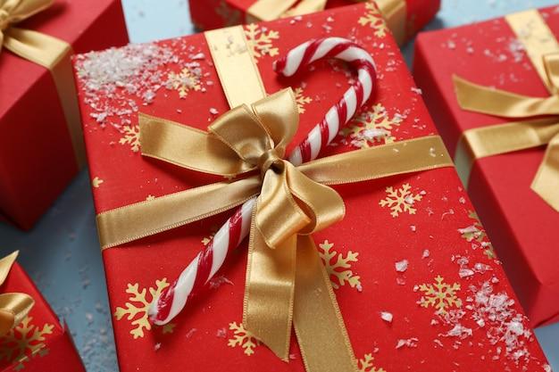 Подарочная коробка с конфета на синем фоне, крупным планом