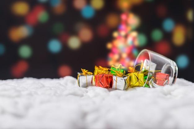雪の上のクリスマスの装飾が施されたギフトボックス