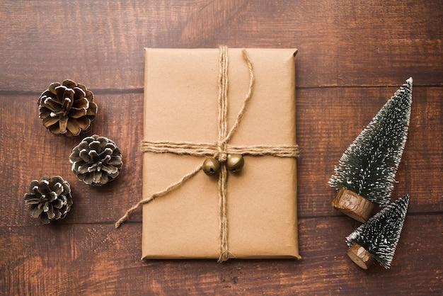 Подарочная коробка с конусами и маленькими елями