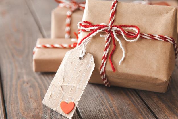 Подарочная коробка с крафт-бумагой и биркой