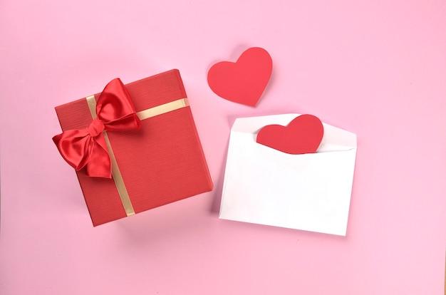 봉투와 하트 선물 상자