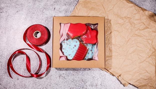 ハートジンジャークッキーのギフトボックス。愛。バレンタインデーの休日
