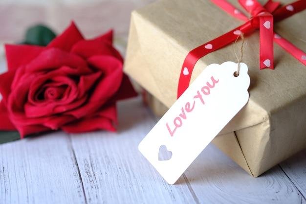 あなたのレベルを愛し、白いテーブルにバラの花のギフトボックス