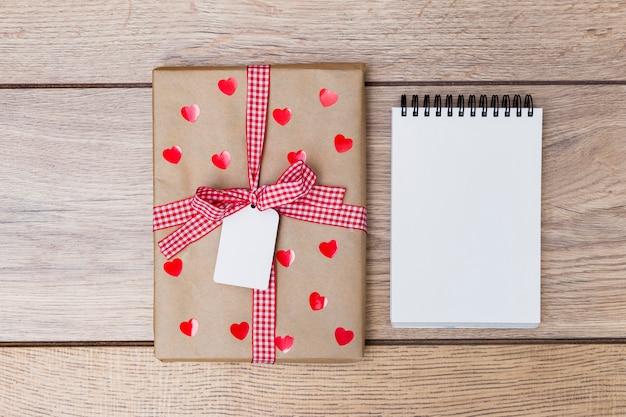 Подарочная коробка с блокнотом на столе