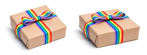 무지개 lgbt 리본이 있는 선물 상자. 흰색 배경에 고립.