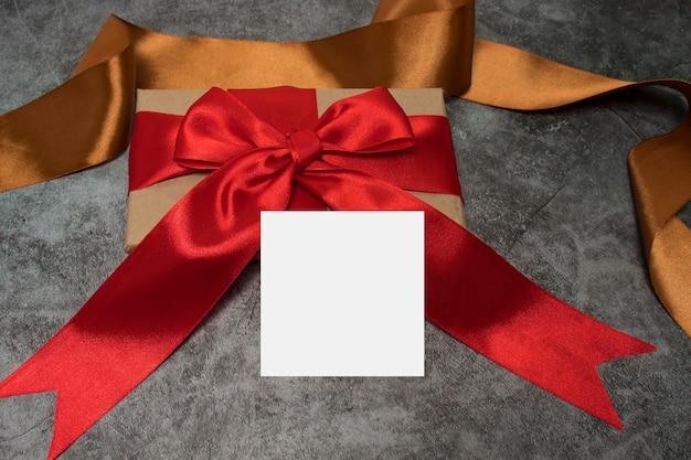 어둠에 대 한 붉은 활과 선물 상자