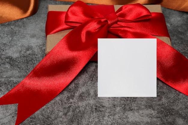 럭셔리 블랙에 붉은 활과 선물 상자