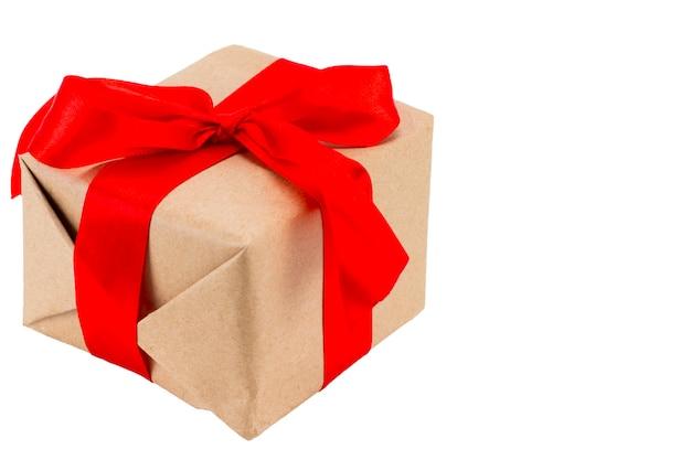 흰색 배경에 격리된 빨간색 리본이 있는 선물 상자에는 클리핑 경로가 포함되어 있습니다.