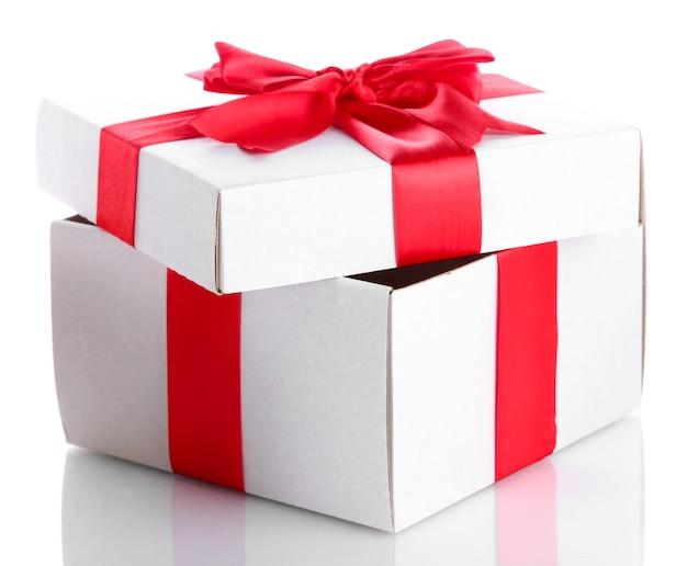Подарочная коробка с красной лентой изолированы