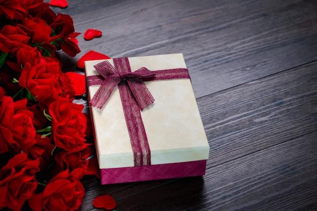 赤いバラと木製のハートのギフトボックス