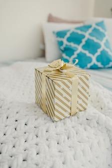 Подарочная коробка с лентой в номере. рождественский сезон