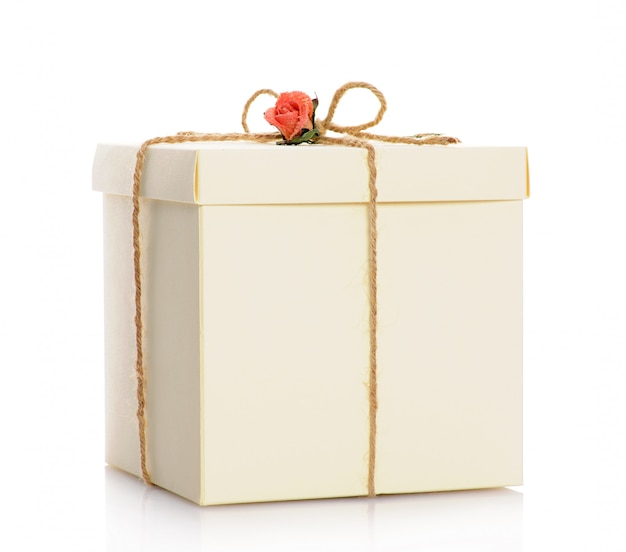 Подарочная коробка с розой изолированные