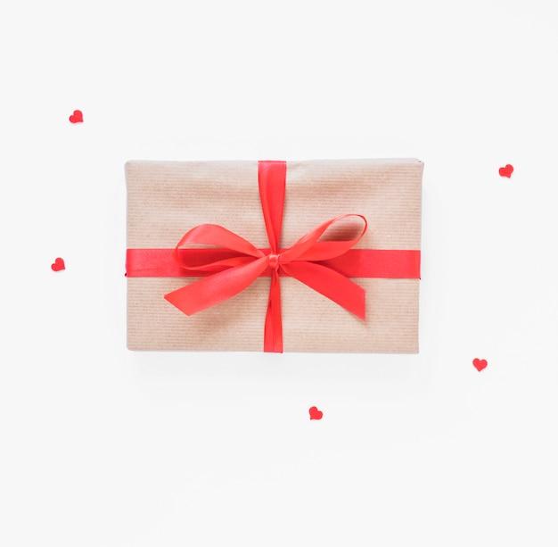 Confezione regalo con piccoli cuori sul tavolo luminoso