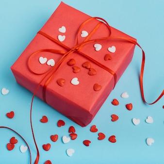 Подарочная коробка с маленькими сердечками на столе