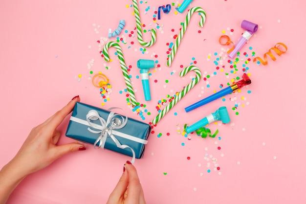다양한 파티 색종이 조각, 깃발, 장식이 있는 선물 상자