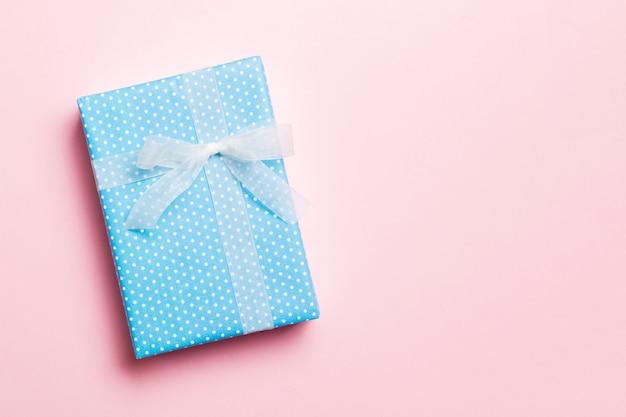 분홍색 표면, 복사 공간 평면도에 흰 나비 선물 상자.