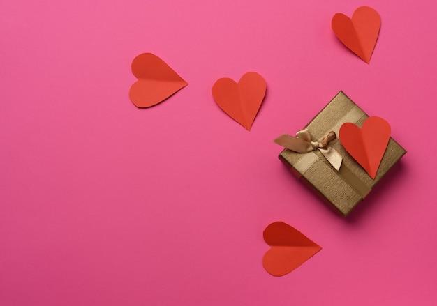 Подарочная коробка в коричневой бумаге и сердечке из красной бумаги