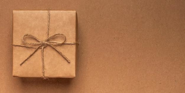 복사 공간 크래프트 에코에 황마 활과 공예 종이에 싸서 선물 상자.