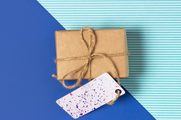 파란색 배경에 크래프트 종이에 싸서 선물 상자