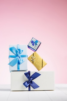 Confezione regalo avvolta in carta riciclata con fiocco in nastro
