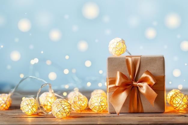 공예 종이와 리본으로 포장 된 선물 상자 with garland lights