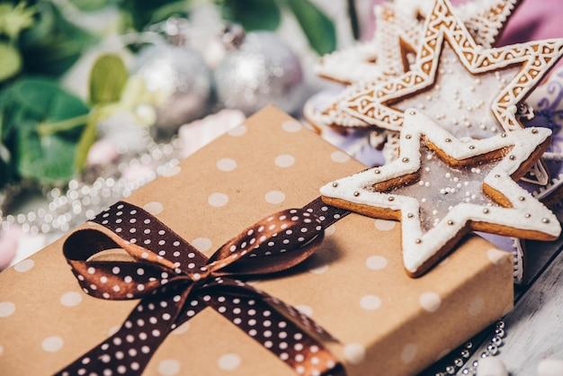 クリスマスの装飾が施された水玉模様の紙で包まれたギフトボックス