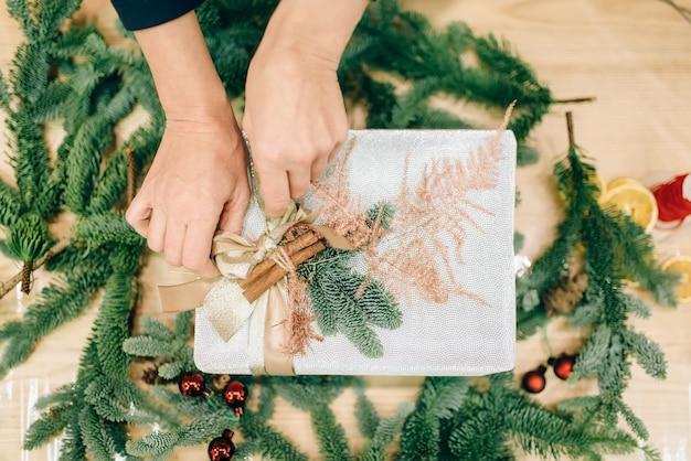 Упаковка подарочной коробки, украшение еловой ветки
