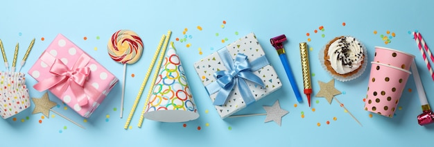파란색 배경, 평면도에 선물 상자 및 생일 액세서리