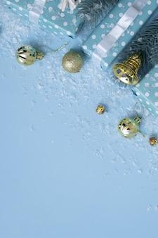 복사 공간이 있는 눈 축제 겨울 세로 배경이 있는 선물 상자 및 크리스마스 장식