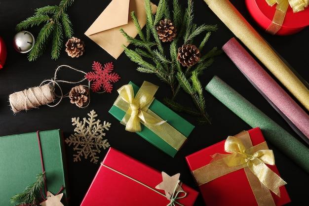 Подарочные коробки и рождественские украшения на столе