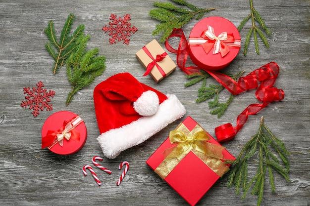Подарочные коробки и рождественские украшения на деревянном столе