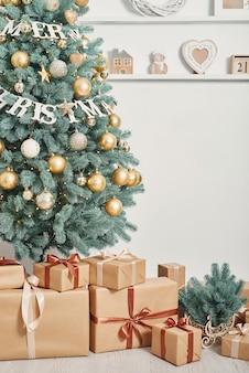 Подарочные коробки и украшенная елка