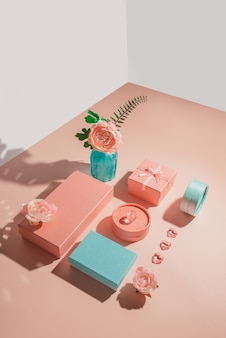 밝은 그림자와 파스텔 색상의 선물 상자와 꽃
