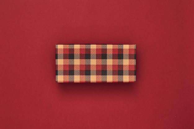 Подарочные коробки и подарочный пакет на красном фоне