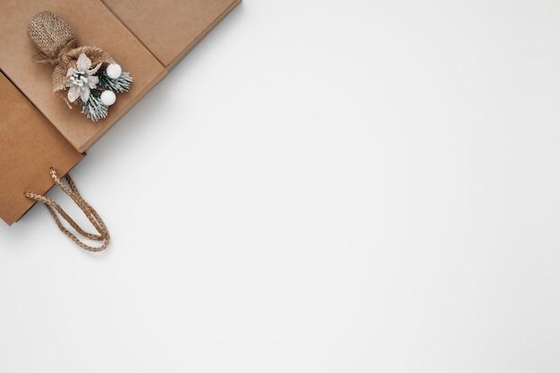 白い背景の上のギフトボックスとギフトバッグ
