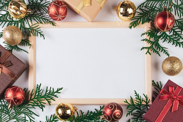 선물 상자와 흰색 바탕에 금 축제 장식. 크리스마스 광고를 모의하십시오.