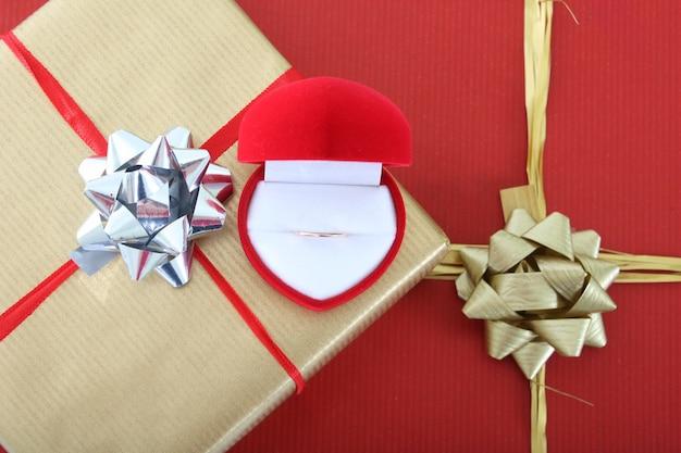 ギフトボックスと金の指輪が付いた小さなボックス